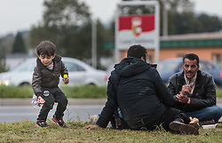 25.09.2015, Grenzübergang, Salzburg, AUT, Fluechtlingskrise in der EU, im Bild ein Flüchtlingskind spielt mit Seifenblasen an der Grenze zu Deutschland // a refugee child playing with soap bubbles at the border to Germany. Thousands of refugees fleeing violence and persecution in their own countries continue to make their way toward the EU, border crossing, Salzburg, Austria on 2015/09/25. EXPA Pictures © 2015, PhotoCredit: EXPA/ JFK