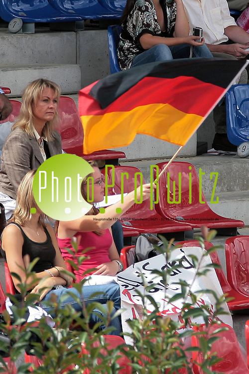 Mannheim. FEI Europameisterschaft der Springreiter im MVV Stadion.<br /> Feature. <br /> 5. Preis der Fa. Brose Fahrzeugteile GmbH &amp; Co.KG<br /> Zuschauer mit Fahne<br /> <br /> <br /> Bild: Markus Pro&szlig;witz<br /> ++++ Archivbilder und weitere Motive finden Sie auch in unserem OnlineArchiv. www.masterpress.org ++++