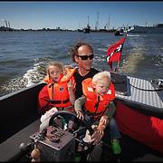 Nederland, Amsterdam, 29-05-2009 - Vader met zijn twee kleine kinderen vaart in een vlet op Het Ij tijdens zijn papadag.   Foto: Gerard Til