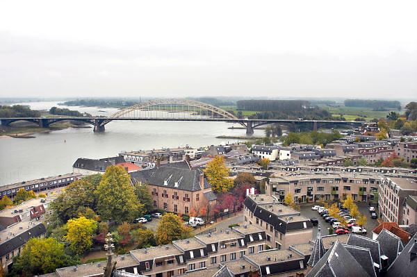 Nederland, Nijmegen, 20-10-2011Panorama van de stad aan de waal en waalbrug. Op de achtergrond de Ooijpolder. Op de voorgrond de benedenstad.Foto: Flip Franssen/Hollandse Hoogte