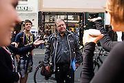 Frankfurt am Main | 26 Apr 2014<br /> <br /> Am Samstag (26.04.2014) veranstalten Aktivisten der rechtspopulistischen AfD (Alternative f&uuml;r Deutschland) auf der Leipziger Stra&szlig;e in Frankfurt-Bockenheim einen Infostand, sie versuchen, Infomaterial und Flugbl&auml;tter an Passanten zu verteilen, um f&uuml;r die Partei im laufenden Europawahlkampf zu werben.<br /> Die AfD-Wahlk&auml;mpfer werden durchgehend von etwa 50 linksradikalen Aktivisten gest&ouml;rt und behindert.<br /> hier: Der Frankfurter AfD-Aktivist Hans-Peter Brill (im Regionalvorstand der Partei) wird von linken Aktivisten mit Konfetti beworfen. <br /> <br /> &copy;peter-juelich.com<br /> <br /> [No Model Release | No Property Release]