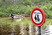 Nederland, Groesbeek, 26-4-2018Bord in de beek naast Restaurant de Spil . Niet voeren wegens rattenoverlast.Foto: Flip Franssendgfoto editie nijmegen