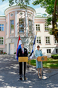 Koning Willem Alexander brengt een staatsbezoek aan de Republiek Estland. ///  King Willem Alexander makes a state visit to the Republic of Estonia.<br /> <br /> Op de foto / On the photo: Koning Willem Alexander en president Kaljulaid tijdens de persverklaringen in het Werkpaleis van de president, Kadriorg Park //// King Willem Alexander and President Kaljulaid during the press statements in the President's Work Palace, Kadriorg Park