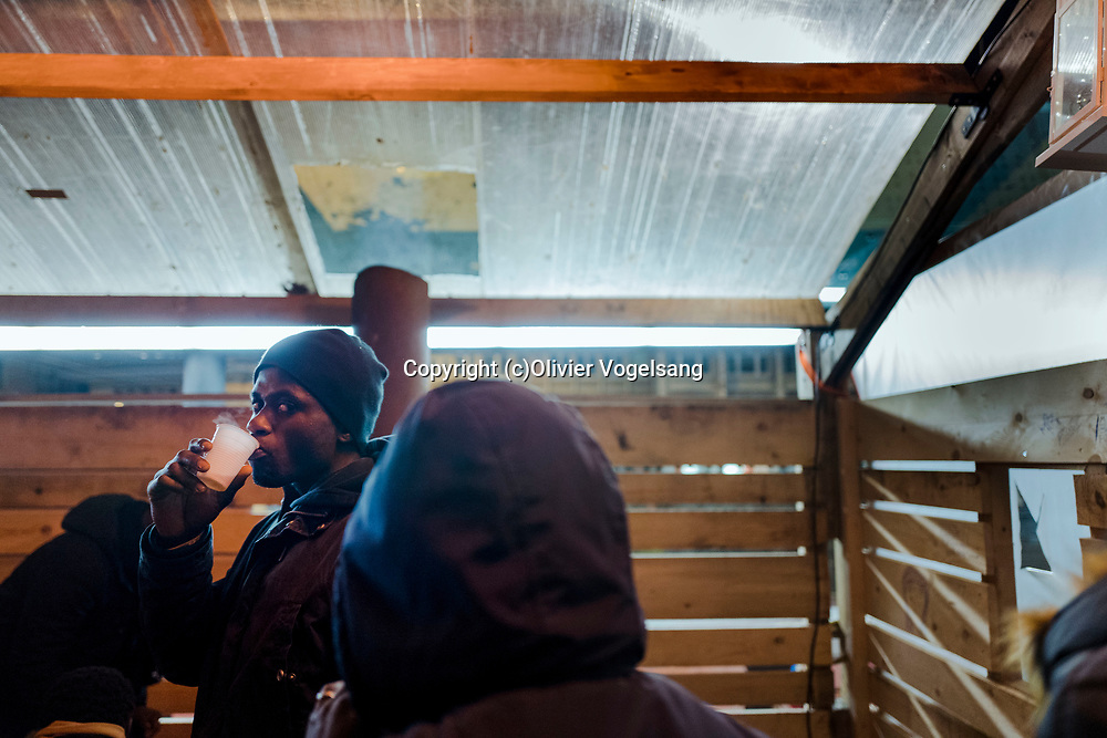 Lausanne, décembre 2017. Reportage Maraude avec une équipe de bénévoles qui va à la rencontre des personnes à la rue pour leur apporter un peu de nourriture, des hâbits chauds et du réconfort. © Olivier Vogelsang