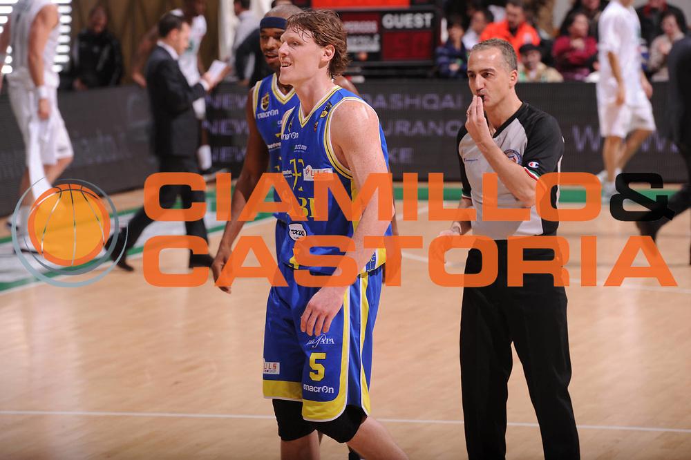DESCRIZIONE : Siena Lega Basket A 2011-12  Montepaschi Siena Fabi Shoes Montegranaro<br /> GIOCATORE : Karl Coby<br /> CATEGORIA : fair play<br /> SQUADRA : Fabi Shoes Montegranaro<br /> EVENTO : Campionato Lega A 2011-2012 <br /> GARA : Montepaschi Siena Fabi Shoes Montegranaro<br /> DATA : 15/01/2012<br /> SPORT : Pallacanestro  <br /> AUTORE : Agenzia Ciamillo-Castoria/ GiulioCiamillo<br /> Galleria : Lega Basket A 2011-2012  <br /> Fotonotizia : Siena Lega Basket A 2011-12 Montepaschi Siena Fabi Shoes Montegranaro<br /> Predefinita :