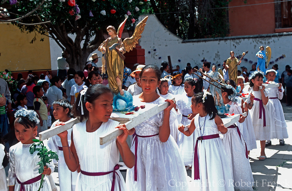 MEXICO, SAN MIGUEL, EASTER Senor de la Columna Procession, girls
