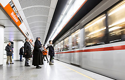 THEMENBILD - Die Wiener Linien sind der städtische Verkehrsbetrieb der österreichischen Bundeshauptstadt Wien. Die U-Bahn-Linie U6 gehört dabei zum Netz der Wiener U-Bahn und verbindet den Bezirk Ottakring mit Bezirk Simmering, im Bild Fahrgäste warten auf die U-Bahn. Aufgenommen am 19. Februar 2017 // The Wiener Linien are the city traffic enterprise of the federal capital of Austria Vienna. The metro line U6 is part of the metro network of Vienna and connects Ottakring with Simmering, This picture shows passengers waiting for the metro, Vienna, Austria on 2017/02/19. EXPA Pictures © 2017, PhotoCredit: EXPA/ Sebastian Pucher