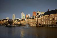 Den Haag, 6 april 2016 - Het Binnenhof met op de voorgrond de Hofvijver.<br /> Foto: Phil Nijhuis