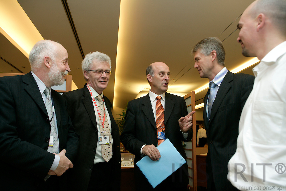 BRUSSELS - BELGIUM - 29 NOVEMBER 2006 -- From left Hubert KRIEGER, EUROFOUND research manager, Willy BUSCHAK, Deputy Director for EUROFOUND, MEP Sepp KUSSTATSCHER, Jorma KARPPINEN, Director for EUROFOUND and Enrique FERNANDEZ, at the European Foundation Working Lunch for MEPs on Geographical and labour market mobility in Europe.     PHOTO: ERIK LUNTANG / INSPIRIT Photo