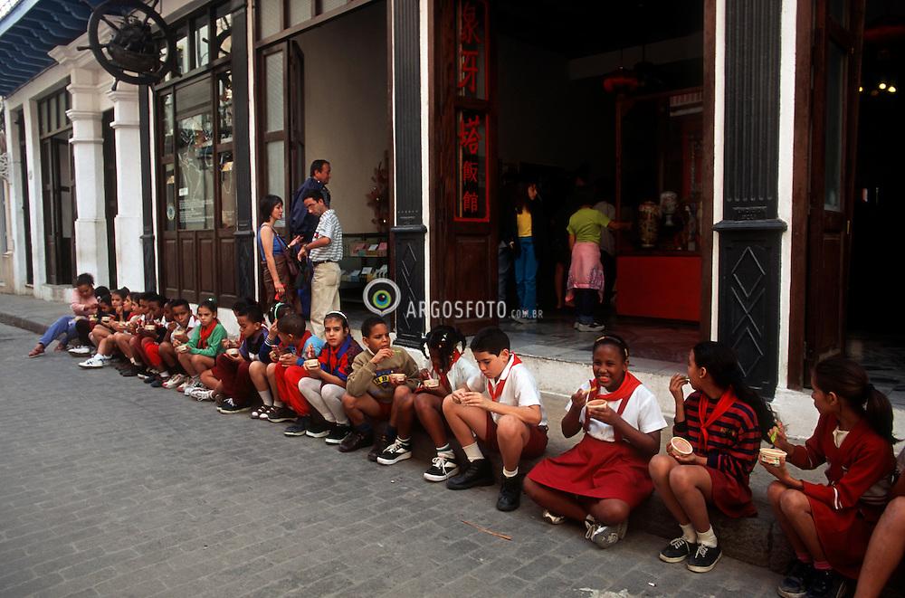 Centro de Havana Velha, criancas, estudantes tomam sorvete na calcada./ Center of Old Havana, children having ice-cream on the sidewalk..Foto Adri Felden/Argosfoto