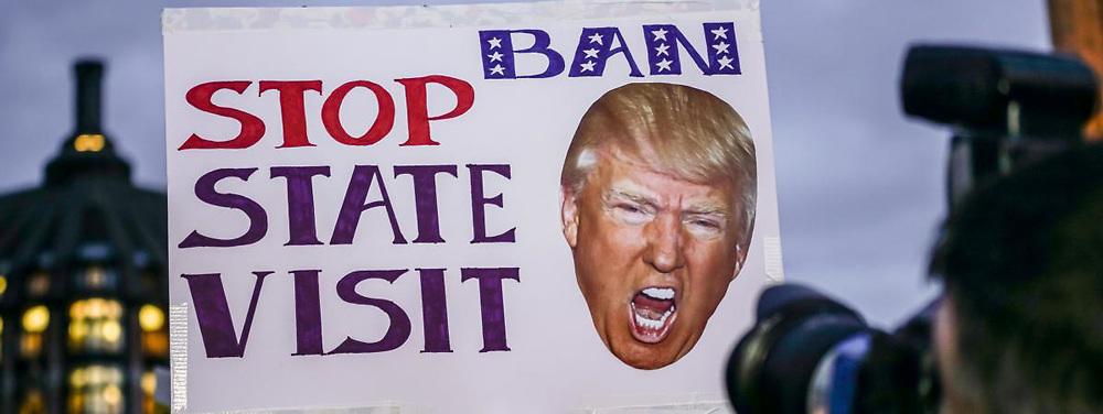 Alors que Londres maintient son désir de visite d'Etat de Donald Trump cette année, plusieurs milliers d'opposants ont manifesté lundi près du Parlement, au moment où les députés débattaient du sujet.<br /> <br /> http://www.francetvinfo.fr/monde/usa/presidentielle/donald-trump/royaume-uni-le-projet-de-visite-d-etat-de-trump-se-prend-les-pieds-dans-le-tapis-rouge_2067765.html
