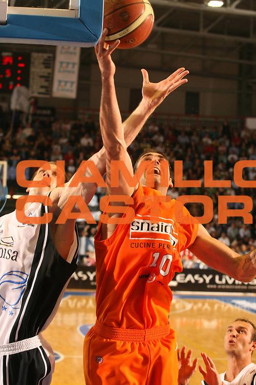 DESCRIZIONE : Napoli Lega A1 2005-06 Play Off Quarti Finale Gara 1 Carpisa Napoli Snaidero Udine <br /> GIOCATORE : Rocca Di Giuliomaria <br /> SQUADRA : Carpisa Napoli <br /> EVENTO : Campionato Lega A1 2005-2006 Play Off Quarti Finale Gara 1 <br /> GARA : Carpisa Napoli Snaidero Udine <br /> DATA : 18/05/2006 <br /> CATEGORIA : Rimbalzo <br /> SPORT : Pallacanestro <br /> AUTORE : Agenzia Ciamillo-Castoria/G.Ciamillo