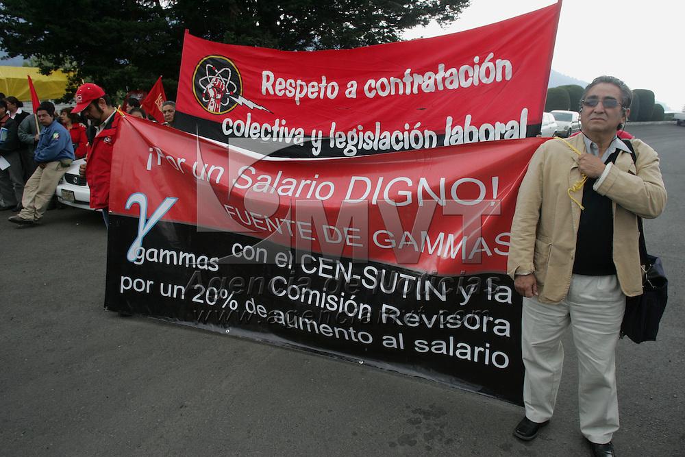 Ocoyoacac, Mex.- Trabajadores del Instituto de Investigaciones Nucleares (ININ), afiliados al Sindicato Unico de Trabajadores de la Industria Nuclear (SUTIN), se manifiestan en demanda de un 20% de aumento salarial y la asignacion de cien millones de pesos para la dotaci&oacute;n de insfraestructira y mejoramiento de tecnologia. Agencia MVT / Javier Rodriguez. (DIGITAL)<br /> <br /> <br /> <br /> <br /> <br /> <br /> <br /> NO ARCHIVAR - NO ARCHIVE