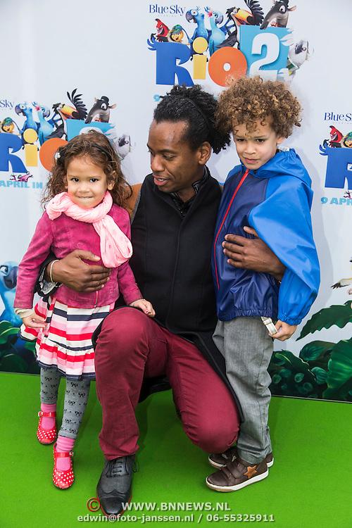 NLD/Amsterdam/20140406 - Inloop filmpremière Rio 2, Rogier Komproe en kinderen Noa en Alfie