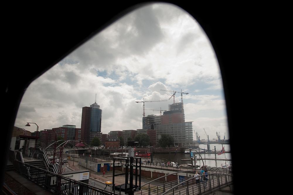 Aussicht aus U3 auf Hafen. Landungsbrücken