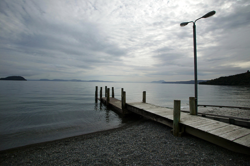 A jetty juts into Lake Taupo near Turangi,  New Zealand, October 01, 2004. Credit:SNPA / Rob Tucker