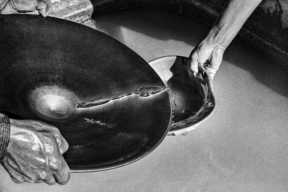 Brazil, lourenco, amapa.<br /> <br /> Lavage au mercure.<br /> Les gravats extraits sont broyes puis laves. On ajoute du mercure pour ne conserver que les particules les plus denses, le reste est evacue. Apres vient la phase de cuisson. L'amalgame est chauffe, le mercure s'evapore ne laissant que l'or debarrasse de ses impuretes.<br /> En se redeposant, le mercure pollue durablement les sous-sols et les fleuves.