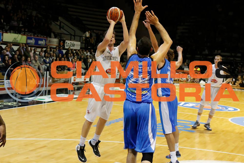 DESCRIZIONE : Caserta Lega A 2015-16 Pasta Reggia Caserta Betaland Capo d'Orlando<br /> GIOCATORE : Valerio Amoroso<br /> CATEGORIA : tiro<br /> SQUADRA : Pasta Reggia Caserta <br /> EVENTO : Campionato Lega A 2015-2016 <br /> GARA : Pasta Reggia Caserta Betaland Capo d'Orlando<br /> DATA : 08/11/2015<br /> SPORT : Pallacanestro <br /> AUTORE : Agenzia Ciamillo-Castoria/A. De Lise <br /> Galleria : Lega Basket A 2015-2016 <br /> Fotonotizia : Caserta Lega A 2015-16 Pasta Reggia Caserta Betaland Capo d'Orlando