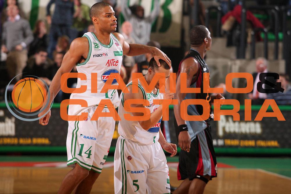 DESCRIZIONE : Treviso Lega A1 2008-09 Benetton Treviso Solsonica Rieti <br /> GIOCATORE : gary neal dashaun wood <br /> SQUADRA : Benetton Treviso <br /> EVENTO : Campionato Lega A1 2008-2009 <br /> GARA : Benetton Treviso Solsonica Rieti <br /> DATA : 28/02/2009 <br /> CATEGORIA : esultanza <br /> SPORT : Pallacanestro <br /> AUTORE : Agenzia Ciamillo-Castoria/S.Silvestri <br /> Galleria : Lega Basket A1 2008-2009 <br /> Fotonotizia : Treviso Campionato Italiano Lega A1 2008-2009 Benetton Treviso Solsonica Rieti <br /> Predefinita : si