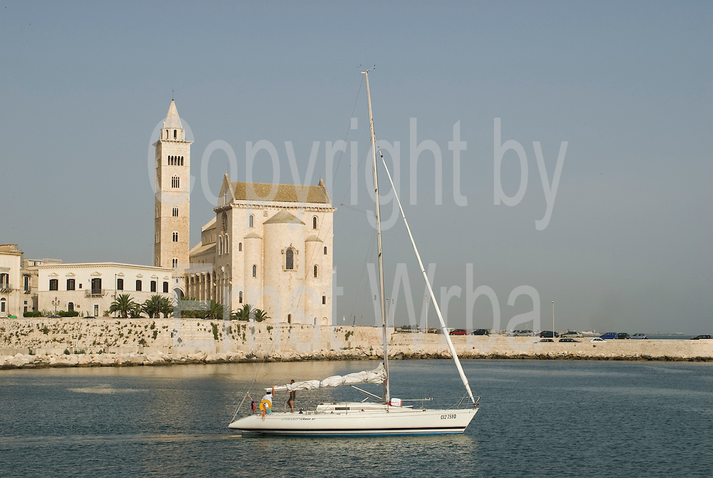 Italien, Apulien, Trani, Kathedrale am Meer, Segelboot..|..Italy, Apulia, Trani, waterfront Cathedral