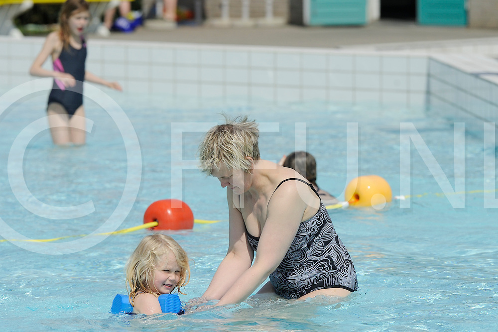 NIEUWLEUSEN - Buutenbad open..Foto: Fris of niet, de jeugd zwom weer buiten in het zwembad, oma geeft les..FFU PRESS AGENCY COPYRIGHT FRANK UIJLENBROEK.