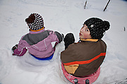 Kinder im Schnee beim Schlitteln; enfants avec luges dans la neige. © Romano P. Riedo
