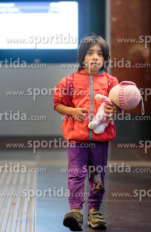 14.09.2015, Hauptbahnhof Salzburg, AUT, Fluechtlinge am Hauptbahnhof Salzburg auf ihrer Reise nach Deutschland, im Bild Flüchtlingskind mit Puppe // Migrant Child with a doll. Thousands of refugees fleeing violence and persecution in their own countries continue to make their way toward the EU, Main Train Station, Salzburg, Austria on 2015/09/14. EXPA Pictures © 2015, PhotoCredit: EXPA/ JFK