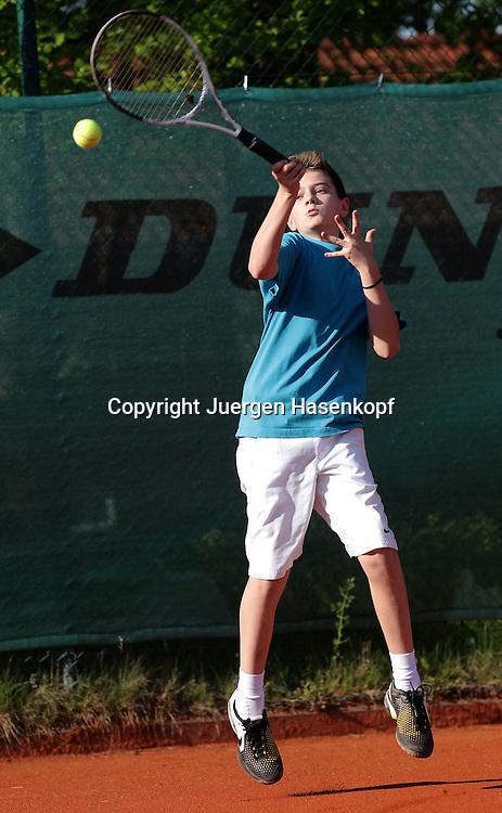 Juniorenspieler,Junge  spieltTennis ,Tennis Club, Sandplatz, Muenchen,Aktion,Einzelbild,Ganzkoerper,Hochformat,Vorhand,Konzentration,