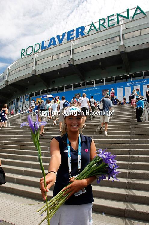 Australien, Melbourne, Sport, Tennis, Grand Slam Tournament, Melbourne Park, Australian Open 2010,.junge Frau verteilt Blumen an die Zuschauer.Foto: Juergen Hasenkopf..