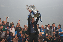 22.05.2010, Estadio Santiago Bernabeu, Madrid, ESP, UEFA Champions League Finale 2010, Bayern Muenchen vs Inter Mailand, Finale, im Bild Milan's head coach Jose Mourinho holds the trophy in front of the  Milan players after winning the  Champions League final contested. EXPA Pictures © 2010, PhotoCredit: EXPA/ Mitchell Gunn