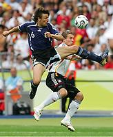 v.l. Gabriel Heinze, Lukas Podolski Deutschland<br /> Fussball WM 2006 Viertelfinale Deutschland - Argentinien<br /> Tyskland - Argentina<br /> Norway only