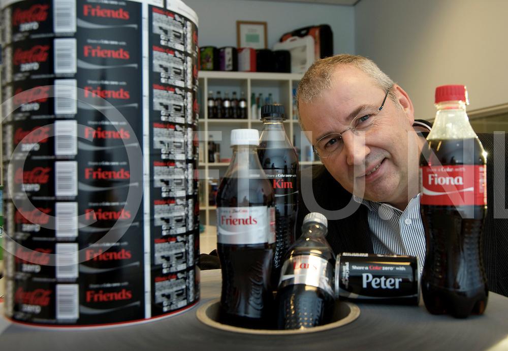 DALFSEN - Eshuis - Coca Cola.<br /> Foto: Peter Overbeek met Coca Cola naam stickers op flesjes, etiketten en meer.<br /> FFU PRESS AGENCY COPYRIGHT FRANK UIJLENBROEK