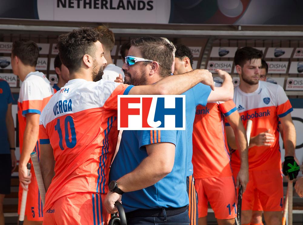 BHUBANESWAR -  bondscoach Max Caldas (Ned) met Valentin Verga (Ned) voor    de Hockey World League Final wedstrijd Nederland-Spanje . COPYRIGHT  KOEN SUYK