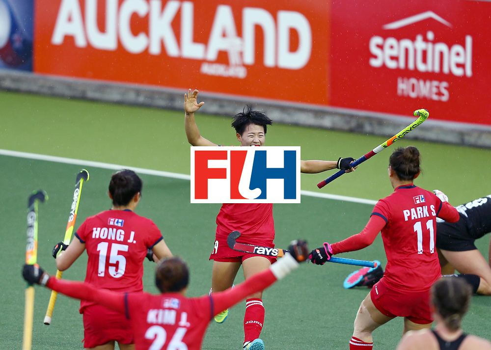 New Zealand, Auckland - 18/11/17  <br /> Sentinel Homes Women&rsquo;s Hockey World League Final<br /> Harbour Hockey Stadium<br /> Copyrigth: Worldsportpics, Rodrigo Jaramillo<br /> Match ID: 10295 - NZL vs KOR<br /> Photo: (19) CHO Hyejin celebraiting with (11) PARK Seunga and (15) HONG Ji Seon