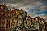 Prague, la ville aux mille tours et mille clochers, n'a pas seulement inspire Andre Breton et les surrealistes. Chaque annee, la belle Tcheque seduit des millions d'admirateurs du monde entier. Monuments, façades et statues racontent une histoire mouvementee ou planent les ombres du Golem, de Mucha ou de Kafka.<br /> Depuis 1992, le centre ville historique est inscrit sur la liste du patrimoine mondial par l'UNESCO<br /> <br /> La place de la Vieille-Ville (Staromestske namesti) est situee au cœur du centre historique de la capitale tcheque.<br /> Statue de Jean Hus