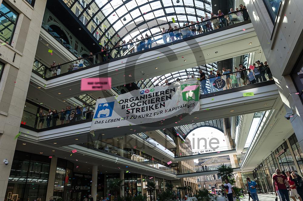 Aktivisten entrollen während der 1. Welle der Blockupy Proteste am 02.09.2016 in der Mall of Berlin in Berlin, Deutschland ein Transparent. Das Bündnis versuchte das Ministerium für Arbeit und Soziales zu blockieren um gegen die Politik der Verarmung, Ausgrenzung und sozialen Spaltung zu protestieren. Foto: Markus Heine / heineimaging