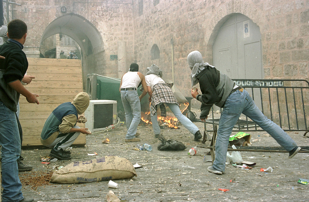 photo:Nadav Neuhaus.8\12\2000..faiting btwen Israel iforces and  Palestinians in Jrusalem laen gats old cite of Jerusalem after the prayer of the ramadan..