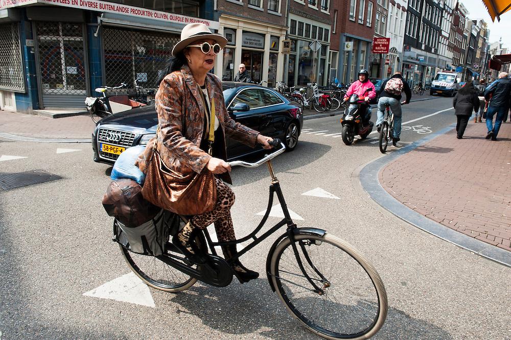 Nederland, Amsterdam, 22 april 2013.Verkeer op de Haarlemmerdijk. Dame op een opoefiets en met een opvallende bril op steeks de straat over..Foto(c): Michiel Wijnbergh
