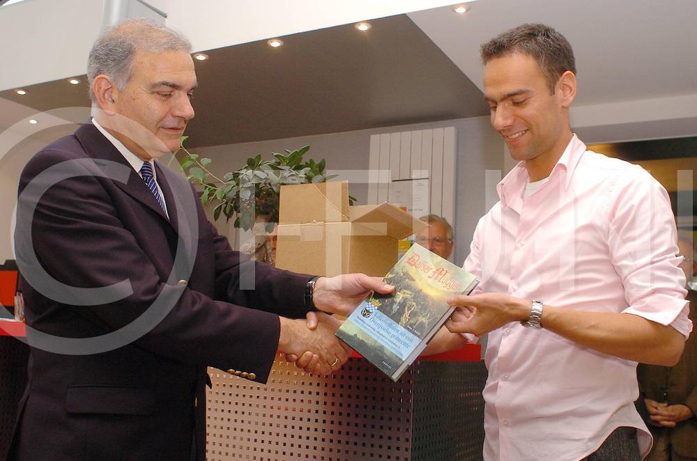 060524, dalfsen, ned,<br /> Presentatie boek Dalfser Muggen geschreven door Ruben Koman die het boek overhandigt aan burgemeester Elfers, fotografie frank uijlenbroek&copy;2006 michiel van de velde