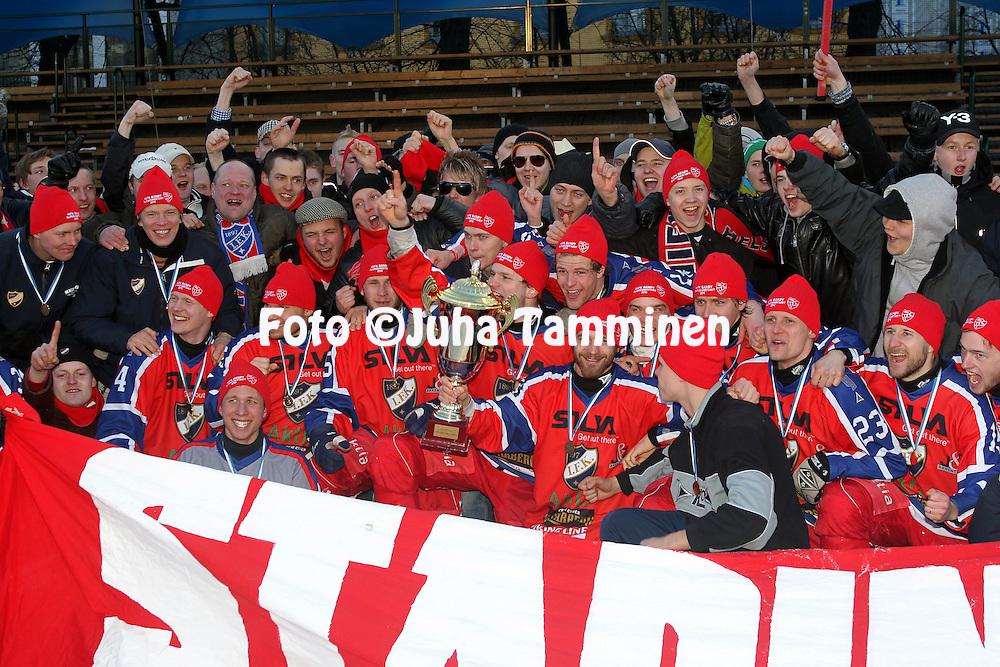 13.03.2010, Brahen kentt?, Helsinki..Bandyliiga 2009-10.2. loppuottelu HIFK - OLS.HIFK juhlii 100. j??pallon Suomen mestaruutta fanien kanssa.©Juha Tamminen.