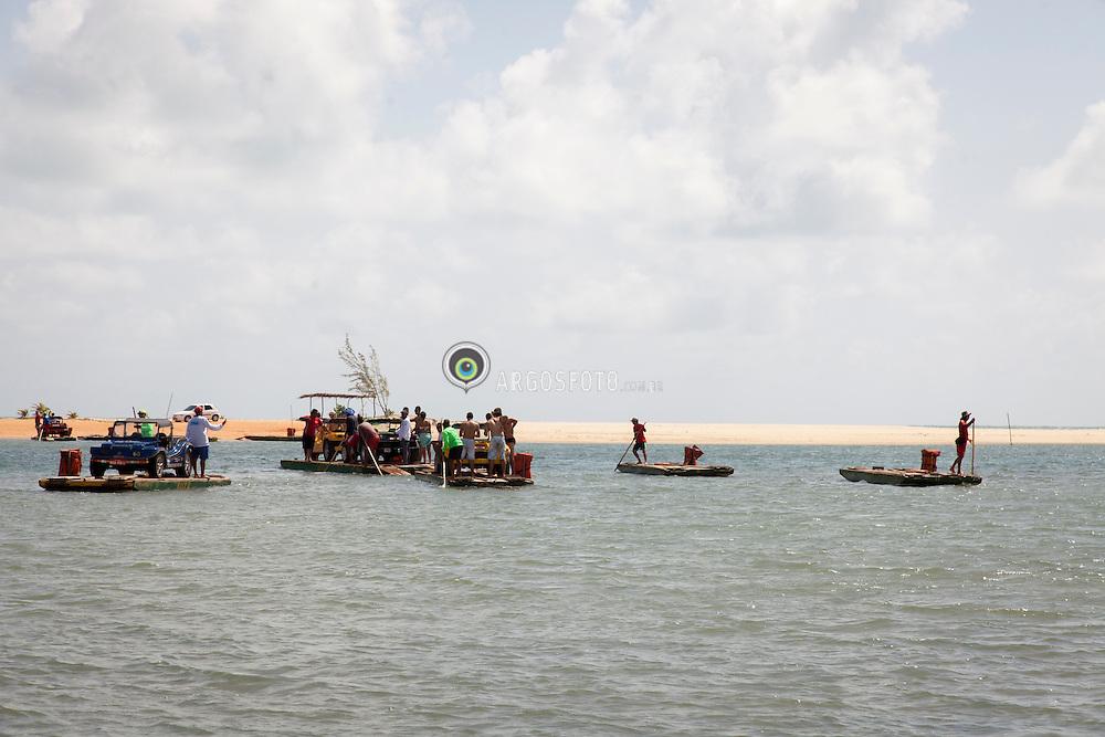 Travessia de balsas pela Barra do Rio Ceara Mirim, Genipabu para Pitangui./ Ferry crossing the Barra do Rio Ceara Mirim, Genipabu to Pitangui. Rio Grande do Norte, Brasil - 2013
