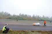 Rijder Rik Houwers is gestart voor zijn recordpoging. Hij zou het niet halen, onder andere door de weersomstandigheden. In Duitsland probeert het Human Power Team Delft en Amsterdam (HPT), dat bestaat uit studenten van de TU Delft en de VU Amsterdam, het uurrecord te verbreken op de Dekrabaan met de VeloX4. Dat staat momenteel op 90,4 km. In september wil het HPT daarna een poging doen het wereldrecord snelfietsen te verbreken, dat nu op 133 km/h staat tijdens de World Human Powered Speed Challenge.<br /> <br /> Rider Rik Houwers is started for his attempt to set a new hour record. He wouldn't make it, partially because of the weather. The Human Power Team Delft and Amsterdam, consisting of students of the TU Delft and the VU Amsterdam, tries to set a new hour record on a bicycle with the special recumbent bike VeloX4. The current record is 90,4 km. They also wants to set a new world record cycling in September at the World Human Powered Speed Challenge. The current speed record is 133 km/h.
