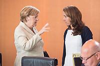 30 AUG 2017, BERLIN/GERMANY:<br /> Angela Merkel (L), CDU, Bundeskanzlerin, und Aydan Oezoguz (R), SPD, Staatsministerin bei der Bundeskanzlerin als Beauftragte der Bundesregierung fuer Migration, Fluechtlinge und Integration, im Gespraech, vor Beginn der Kabinettsitzung, Bundeskanzleramt<br /> IMAGE: 20170830-01-006<br /> KEYWORDS: Kabinett, Sitzung, Gespr&auml;ch, Aydan &Ouml;zoğuz