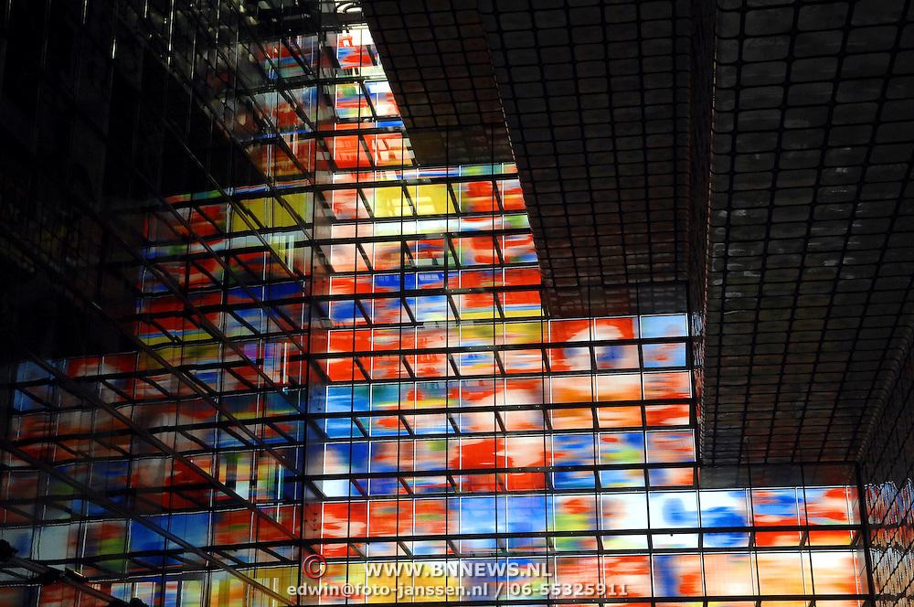 NLD/Hilversum/20070305 - kleurige ramen in het gebouw Beeld & Geluid Hilversum