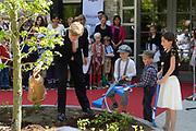 Koning Willem Alexander opent De Nieuwe Baarnsche School. De Koning heeft in zijn kinderjaren 6 jaar op deze school gezeten.(oude locatrie)<br /> <br /> King Willem Alexander opens New Baarnsche School. The King has been in his childhood 6 years at this school.(old location)<br /> <br /> Op de foto:  Koning Willem-Alexander steekt samen met drie leerlingen de spade in de grond tijdens de opening van de nieuwbouw van De Nieuwe Baarnsche school <br /> <br /> King Willem-Alexander sticks with three students spade in the ground during the opening of the new building of the new school Baarnsche