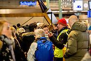 SCHIPHOL - Drukte bij de taxistandplaats op de Luchthaven Schiphol, na een grote stroomstoring in Amsterdam en omgeving. Als gevolg van de storing rijden er geen treinen van en naar het vliegveld.  ROBIN UTRECHT