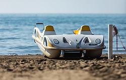 THEMENBILD - ein Tretboot in Form eines Autos am Strand. Lignano ist ein beliebter Badeort an der italienischen Adria-Küste, aufgenommen am 16. Juni 2019, Lignano Sabbiadoro, Italien // a pedalo in the shape of a car on the beach. Lignano is a popular seaside resort on the Italian Adriatic coast on 2019/06/16, Lignano Sabbiadoro, Italy. EXPA Pictures © 2019, PhotoCredit: EXPA/ Stefanie Oberhauser