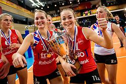 19-02-2017 NED: Bekerfinale Sliedrecht Sport - VC Sneek, Zwolle<br /> In een uitverkochte Landstede Topsporthal wint Sneek met 3-1 van Sliedrecht Sport / Roos van Wijnen #11 of Sneek, Monique Volkers #12 of Sneek