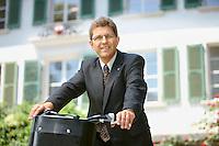 Portrait von Erich Fehr, Stadtpräsident von Biel auf dem Fahrrad