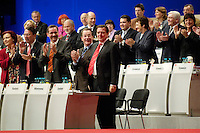 14 NOV 2005, KARLSRUHE/GERMANY:<br /> Heidemarie Wieczorek-Zeul, SPD, Bundesentwicklungshilfeministerin, Klaus-Uwe Benneter, SPD, scheidender Generalsekretaer, Matthias Platzeck, SPD, Ministerpraesident Brandenburg und desig. SPD Parteivorsitzender, Franz Muentefering, SPD, scheidender Parteivorsitzender und desig. Bundesarbeitsminister, Gerhard Schroeder, SPD, scheidender Bundeskanzler, (v.L.n.R.), nach Schroeders Rede, SPD Bundesparteitages, Messe Karlsruhe<br /> IMAGE: 20051114-01-082<br /> KEYWORDS: party congress, Gerhard Schröder, Applaus, klatschen, applaudieren, Jubel, Victory, Franz Müntefering, Abschied, Abschiedsrede